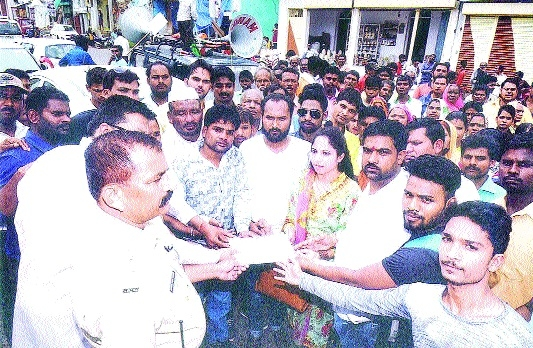 Congress protests against illegal sale of liquor in Jabalpur West constituency