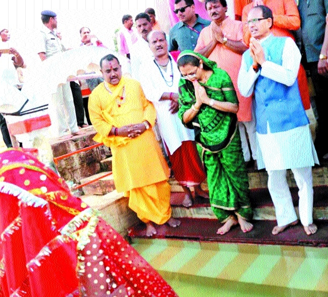 CM, wife offer prayers to Maa Narmada at Amarkantak