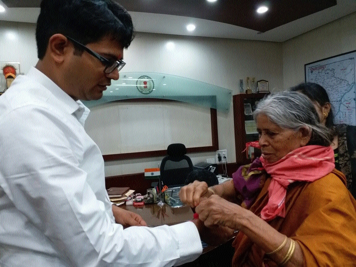 Raipur Collector celebrates 'Raksha Bandhan' with leprosy patients