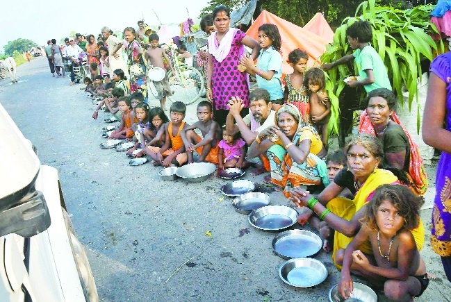 Flood affected people wait for food Bihar.jpg