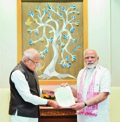 Banwarilal Purohit submitting flood report PM Narendra Modi.jpg