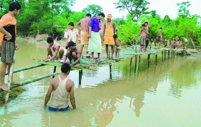 Villagers make bamboo bridge to cross flood Bihar.jpg