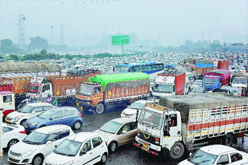 Vehicles stuck traffic jam at Delhi Gurugram borderdue to violence by Dera Sacha Sauda
