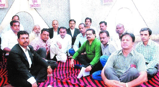 ADJ Shrivas stages dharna to oppose flaws in transfer policy