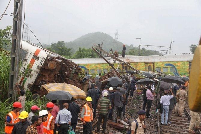 Nagpur-Mumbai Duronto Express derails due to landslide