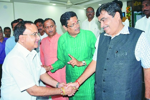 Gadkari felicitates NVCC President Hemant Gandhi