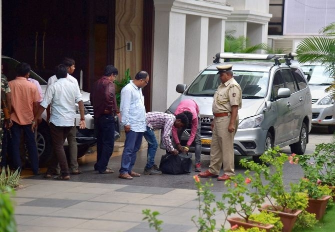 I-T searches on K'taka minister still on, Rs 15 crore seized so far