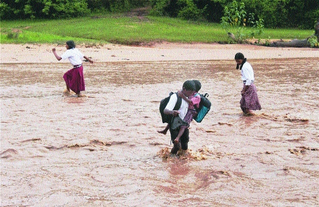 A school boy cross river in Latehar district Jharkhand.jpg
