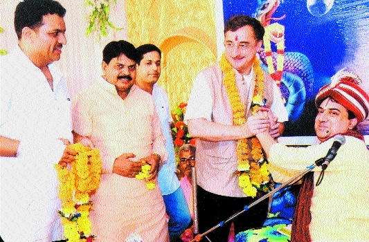 MP Tankha seeks blessings during Bhagvat Katha