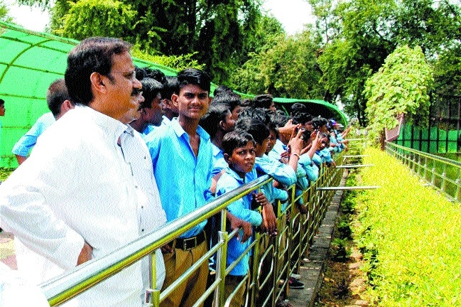Minister Shukla takes students to White Tiger Safari