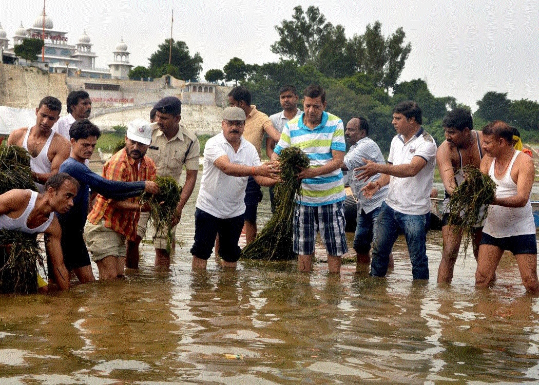 Collector, others pitch in to clean Narmada