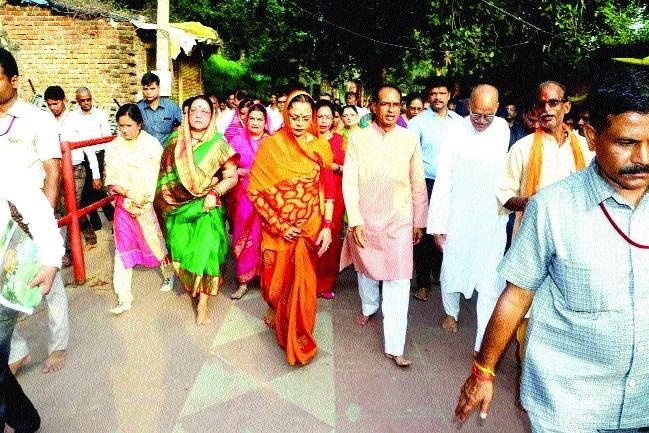 CM takes darshan of Bhagwan Kamtanath