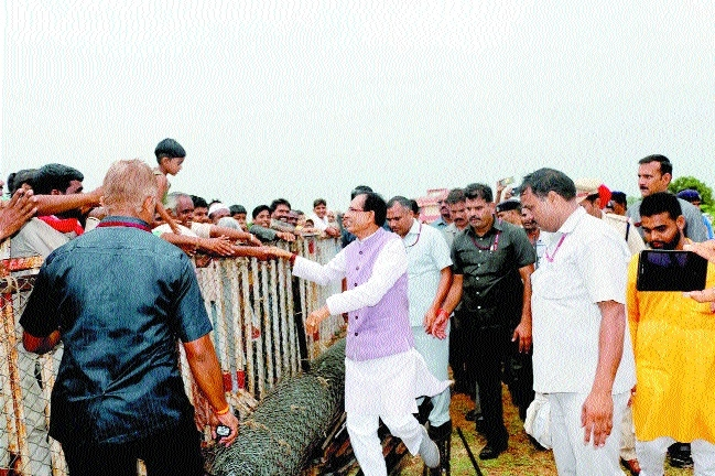 CM Chouhan meets general public at Chanderi
