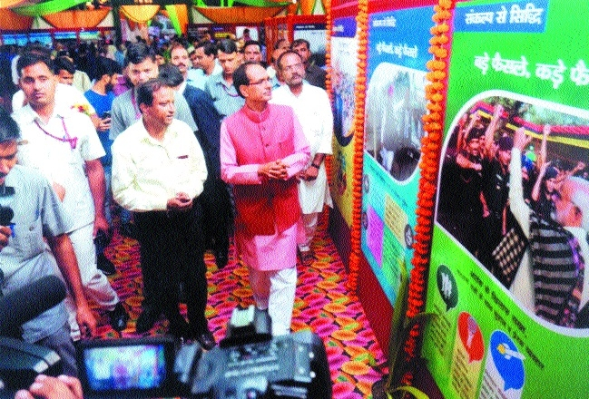 CM inaugurates expo 'Naya Bharat-Hum Karke Rahenge' at Ravindra Bhawan