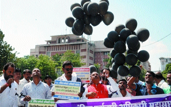 Employees demonstrate against new contractual policy