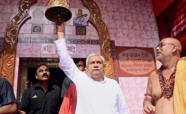 Nitish performs puja at temples, prays for Bihar's peace
