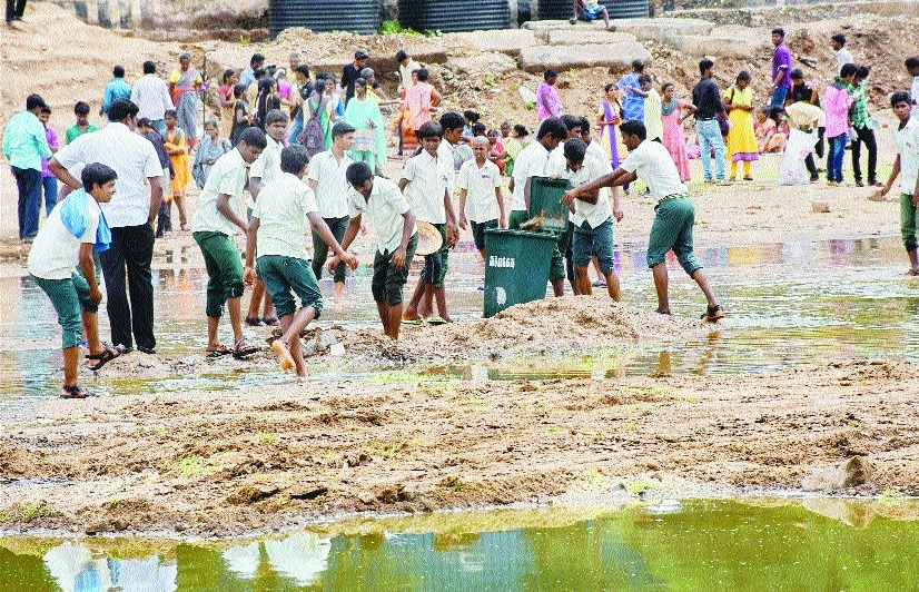 Students participating in cleaning Vaigai River in Madurai.jpg