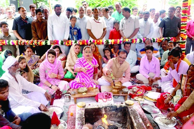 CM Chouhan offers prayers at Sri Badhwale Ganesh temple with family