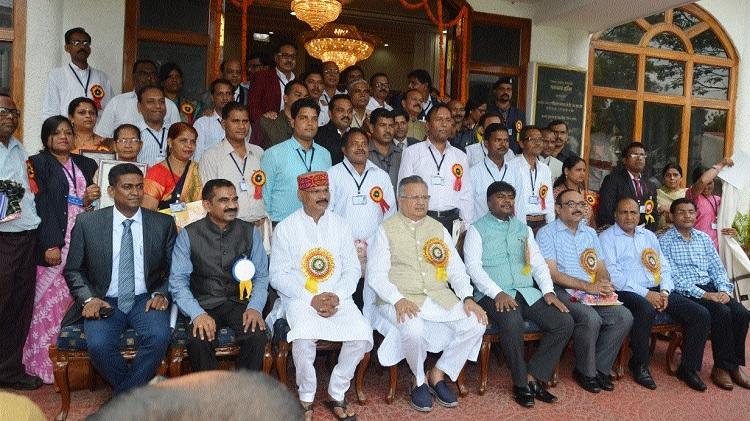 CM honours 45 teachers with Rajya Shikshak Puraskar