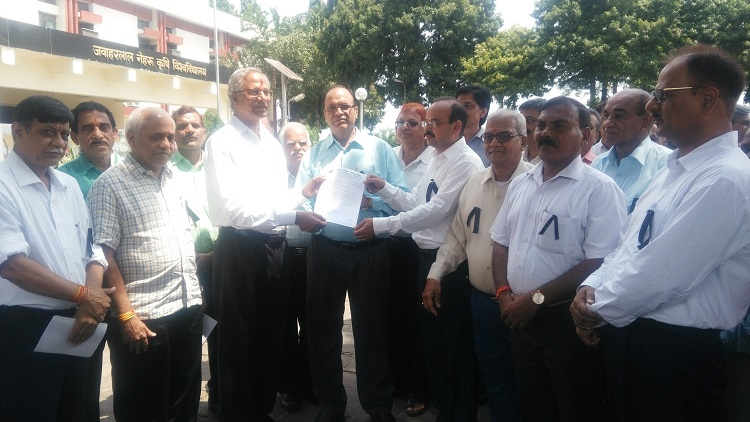 JNAUCTSA members stage demo for 7th Pay Commission