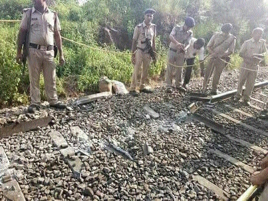 Shaktipunj Exp derails, none hurt