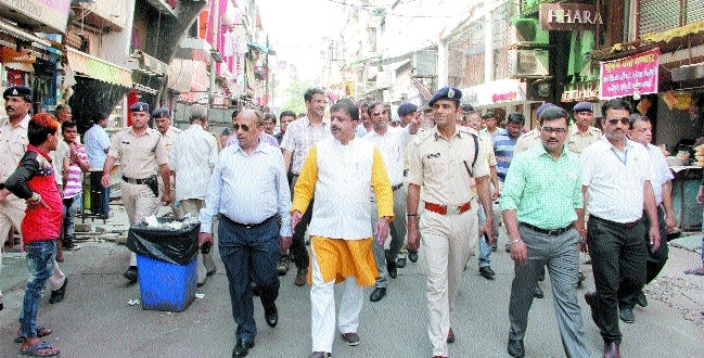 Officials check ground reality of encroachment in chowk, new market