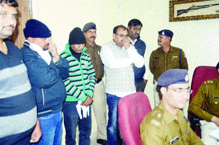 Sex racket busted, 4 men, call girl held