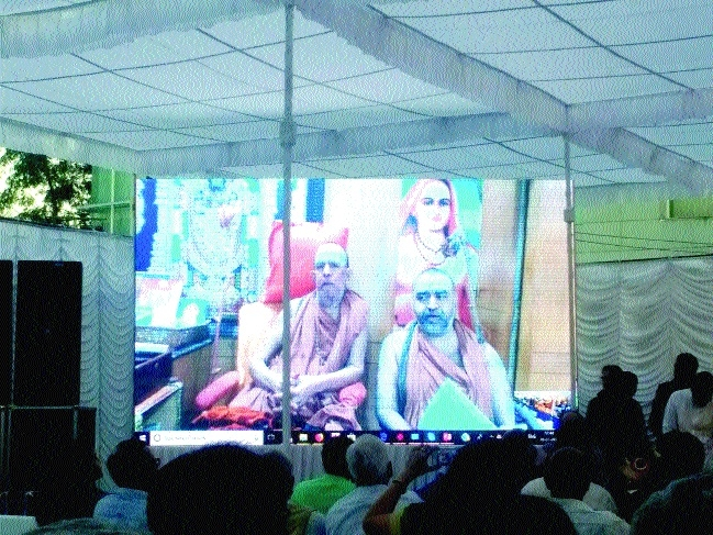 Shankaracharya of Kanchi Kamkoti praises CM Chouhan for promoting Advaita Darshan