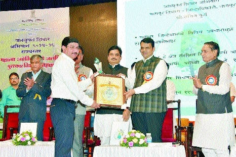 CM honours Collector for excellent work in Jalyukta Shivar Abhiyan