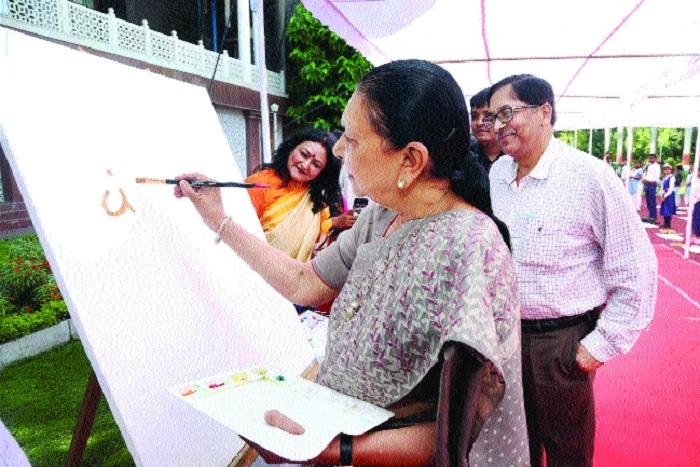 Governor inaugurates painting contest at Raj Bhavan