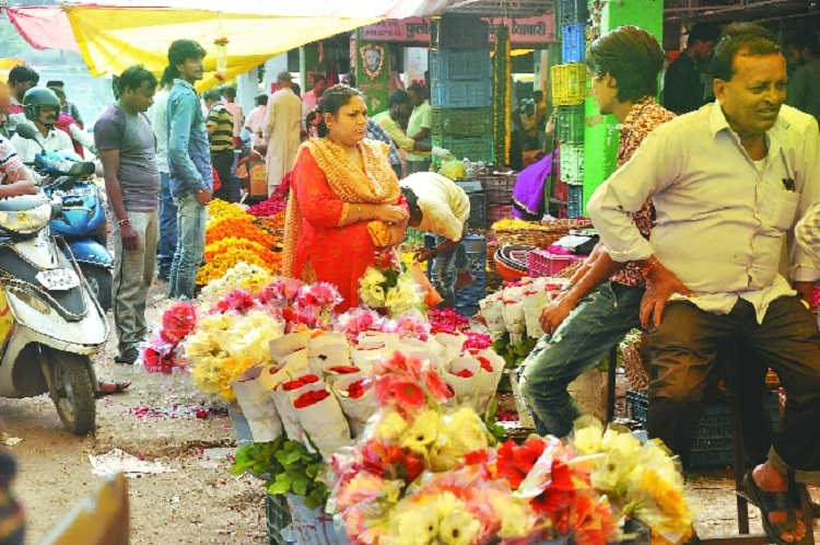Footfalls dip in flower market, prices see 50% drop