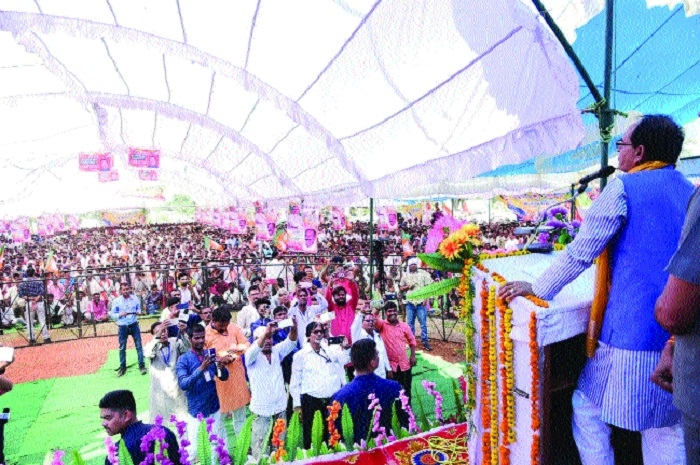CM seeks blessings for prosperous MP