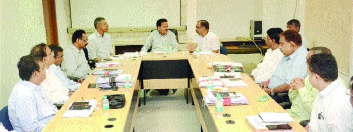 Minister Rampal Singh reviews road works