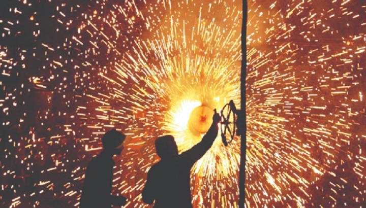 SC fixes 2-hr period for bursting firecrackers on Diwali, other fests