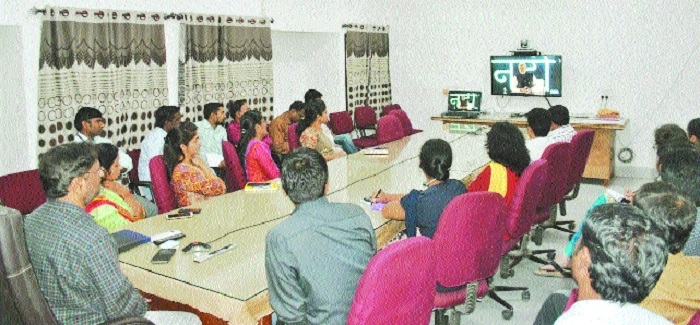 IT professionals from city listen to PM via video-conferencing