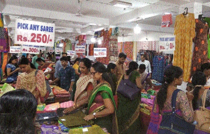 Biggest discount offer on sarees, kurties in expo-cum-sale