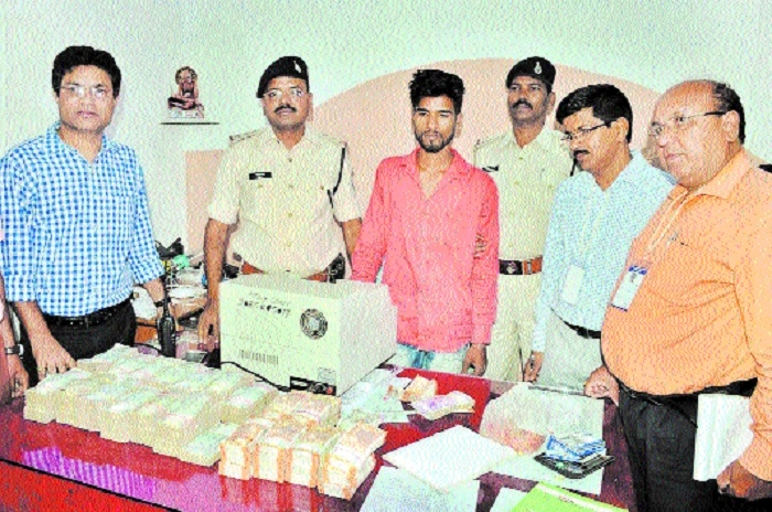 Rs 15.17 lakh of Hawala network seized from stationary shop