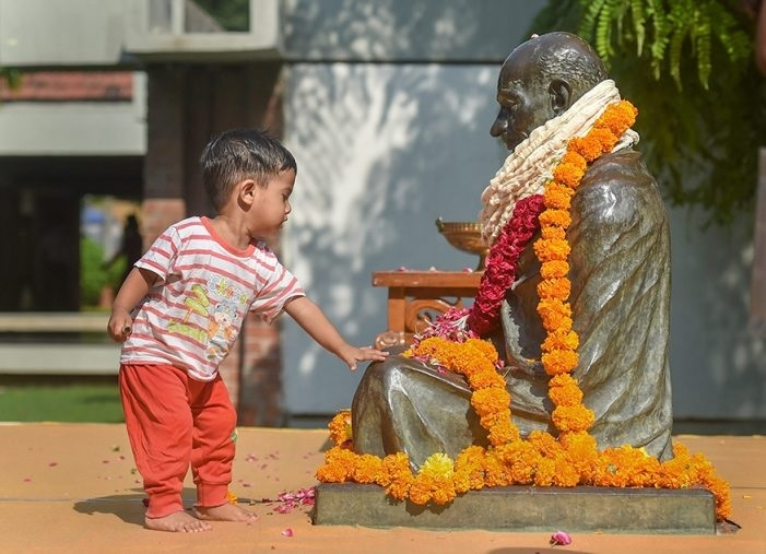 Tributes paid to Bapu, Shastri