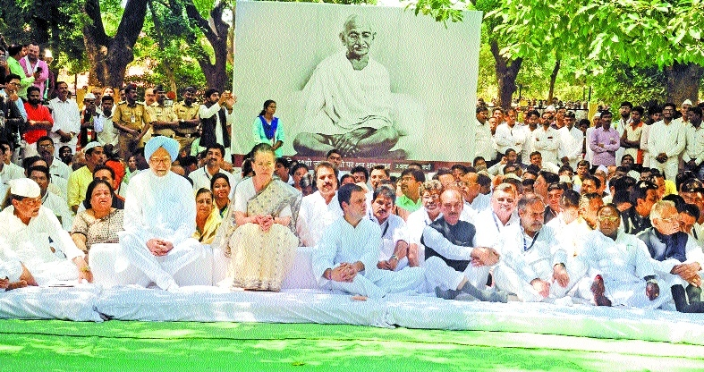 Congress top leadership attends prayer meet at Bapu Kuti