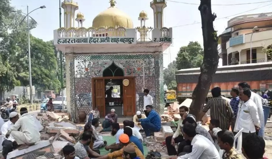 Remove both dargahs on road within 48 hrs: HC