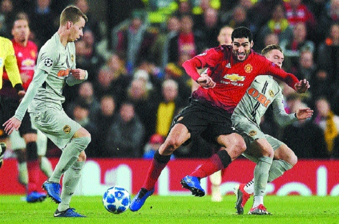 Fellaini late show secures Man Utd last 16 spot
