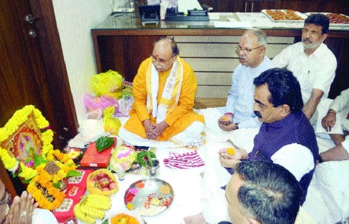 Rakesh Singh performs pujan at BJP office