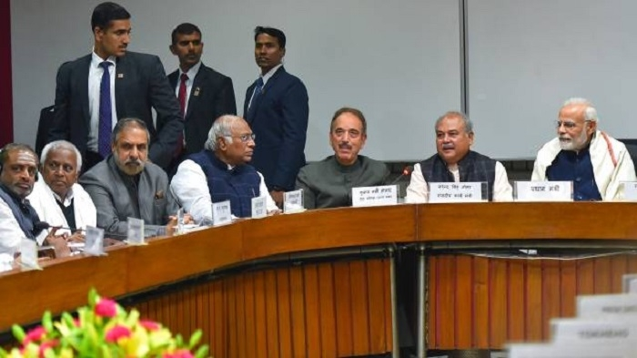 Govt ready to discuss national issues: PM at all-party meet