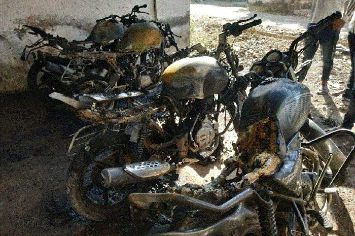 Miscreants take revenge, torch 5 bikes in Shatabdipuram