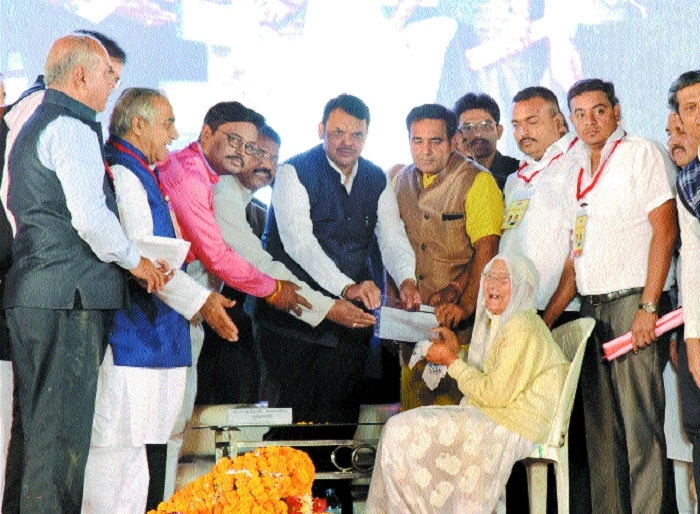CM distributes freehold titles to Sindhi community
