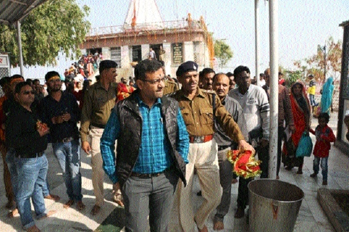 Collector visits Sharda temple at Maihar