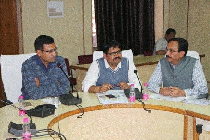 Satna Collector reviews CM's Helpline cases