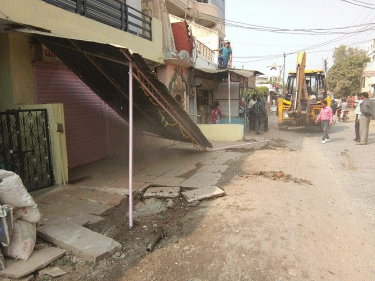 JMC holds special drive, uprooted huge tin sheds in front of shops