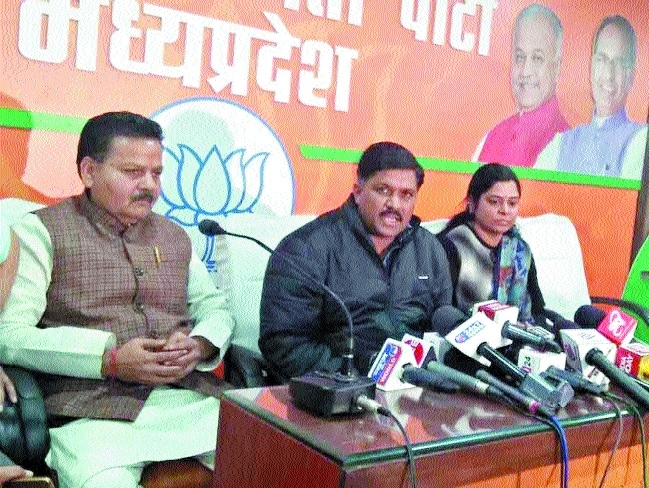 Jolt to Congress as Dr Yadav, wife from Ashok Nagar join BJP