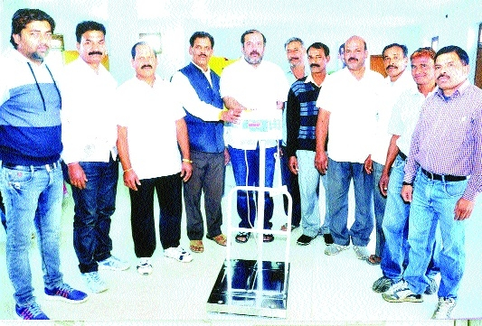 MLA Tarun Bhanot donates weighing machine to Kushti Association